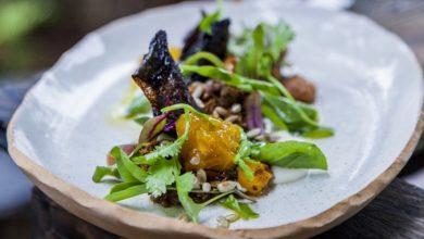 Photo of Salada de truta grelhada glaceada no tucupi preto com agrião e coentro