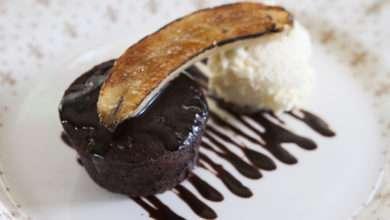 Photo of Torta cremosa de chocolate com banana brûlée