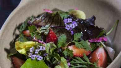 Photo of Salada de Panc's, flores  e ervas com morangos