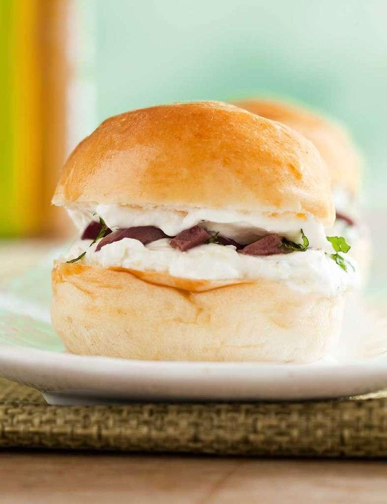 Sanduíche de minibrioche com coalhada seca, azeitonas pretas e hortelã