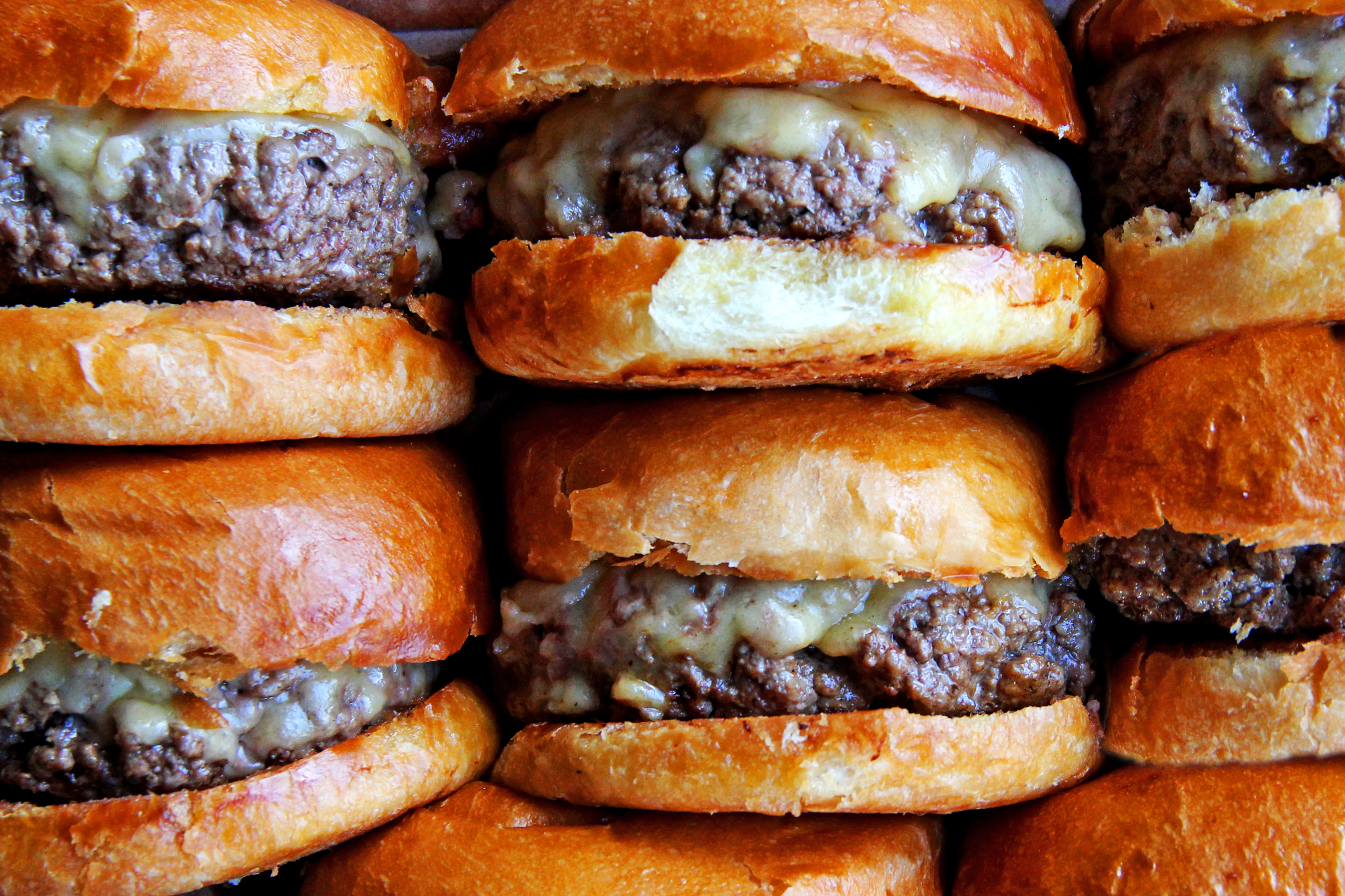 Photo of Hamburgueria dá cheeseburgers em comemoração do Dia do Cliente