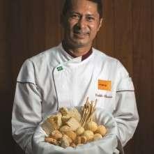 O chef Valdir Oliveira conta que entre os motivos para o sucesso do couvert está o fato de o garçom passar regularmente de mesa em mesa, oferecendo ao comensal pães quentinhos e dizendo quais os sabores do dia