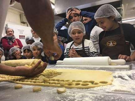 Photo of Oficinas gratuitas ensinam crianças a fazer pães e cupcakes