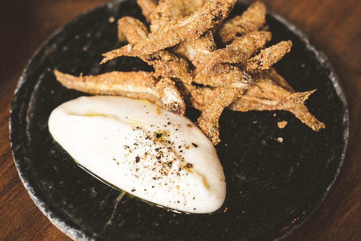 Photo of Manjubinha frita com creme de canjiquinha