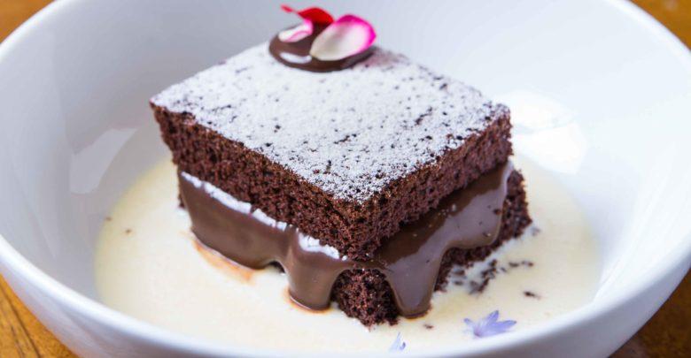 Bolo de chocolate morno com brigadeiro cremoso e creme inglês de cardamomo