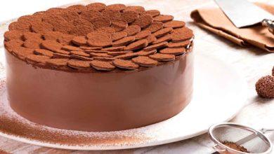 Photo of Bolo de chocolate com brigadeiro ao leite e brigadeiro branco