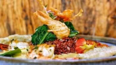 Photo of Camarões flambados na cachaça da Ilha, com tempura de cabeça de camarão ao molho bisque