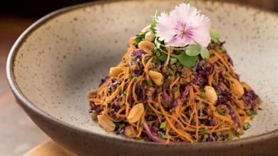 Photo of Salada morna de quinoa com grão-de-bico, frutas secas, nozes e especiarias