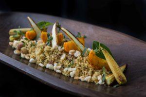 Farofa crocante de focaccia com pinhão e milho branco