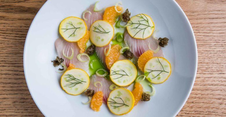 Crudo de peixe, tangerina, erva-doce e alcaparra frita