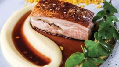 Photo of Paleta de leitoa compurê de maçã, escarolae farofa de torresmo