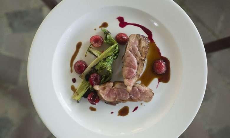 Filé de porco, cereja, cebola-roxa e chicória, da Casa Santo Antonio para a Settimana della Cucina Regionale Italiana   Foto: Johnny Mazzilli, divulgação
