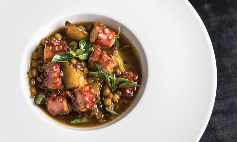 Polvo, minibatata com lentilha libanesa e cebola-roxa caramelizada_Foto: RJ Castilho