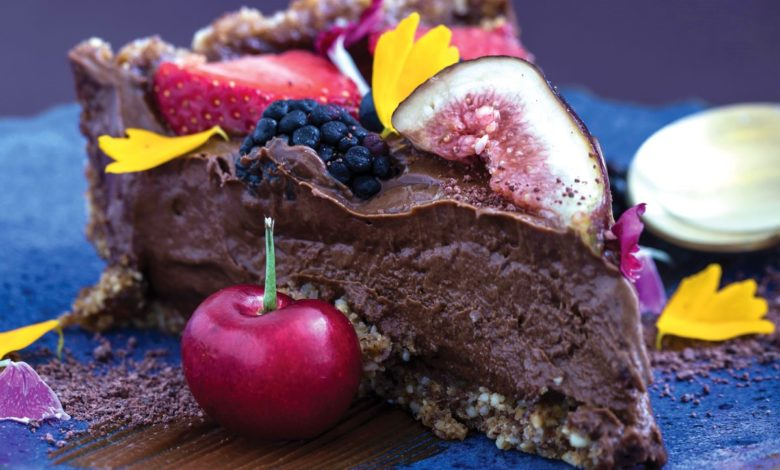 Tati Lund_Torta de amêndoas com tâmaras, ganache vegana de cacau e frutas vermelhas | Fotos: Ricardo D'Angelo