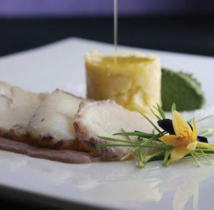 Bacalhau cozido em Porto Vintage com migas de batata assada com sal e mousse de espinafre e jambu