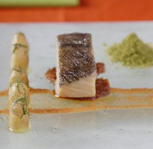 Bacalhau em azeite com emulsão do molho e farofa de azeitonas