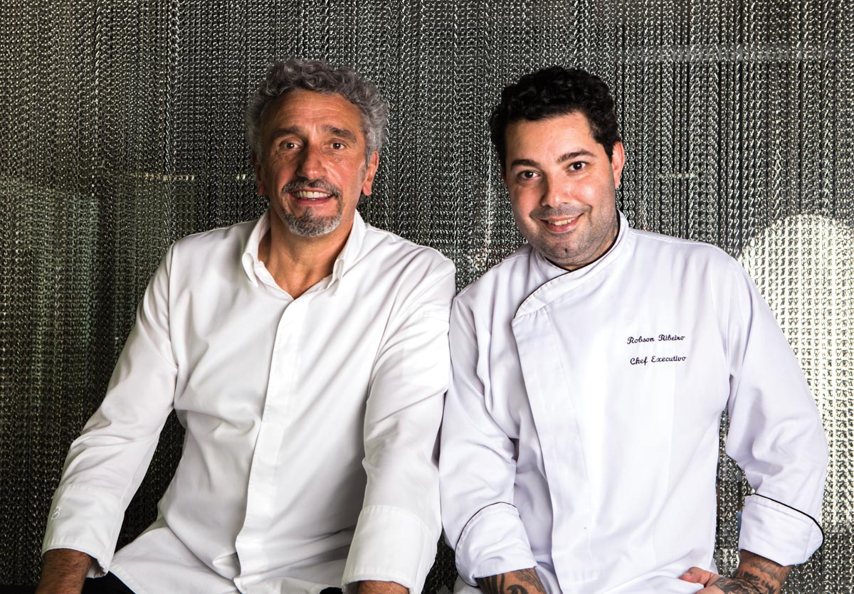 Emmanuel Bassoleil ao lado de Robson Ribeiro, seu braço direito na cozinha.